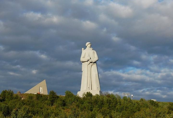 Монумент защитников заполярья